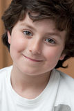 Niño adorable con la sonrisa blanca de la camisa fotografía de archivo libre de regalías