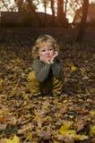Niño adorable en parque imagenes de archivo