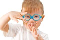 Niño adorable en vidrios. Fotografía de archivo