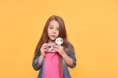 Niño adorable lindo de la muchacha con la cámara retra Fotos de archivo