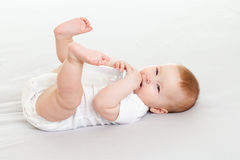 Niño adorable que bebe de la botella Imagenes de archivo