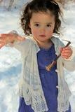 Niño adorable que juega afuera Fotos de archivo