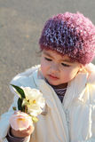 Niño adorable que mira las flores foto de archivo libre de regalías