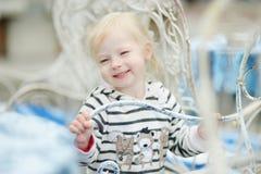 Niño adorable que se divierte en café al aire libre Imagenes de archivo