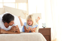 Niño adorable que tiene discusión con su padre Imágenes de archivo libres de regalías