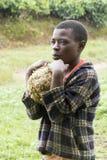 Niño africano en un día que llueve Imagenes de archivo