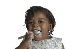 Niño africano que se divierte mientras que come Fotos de archivo
