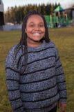 Niño afroamericano joven lindo que sonríe afuera Imagenes de archivo