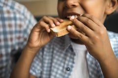 Niño afroamericano que come la tostada fotografía de archivo libre de regalías