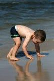 Niño, agua y diversión. Diversión de la playa. Fotografía de archivo libre de regalías