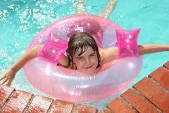 Niño al aire libre en una piscina Fotografía de archivo libre de regalías