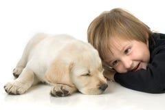 Niño al lado del perrito Fotos de archivo libres de regalías