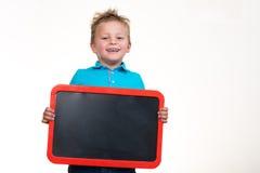 Niño alegre con el tablero en blanco aislado en el fondo blanco Imágenes de archivo libres de regalías