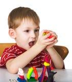 Niño alegre con plasticine foto de archivo libre de regalías