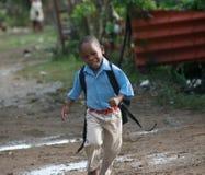 Niño alegre en comunidad de los bateyes del Los Imagenes de archivo