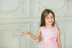 Niño alegre joven hermoso de la muchacha Imagenes de archivo