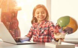 Niño alegre que juega con el modelo de la cabeza Imagenes de archivo
