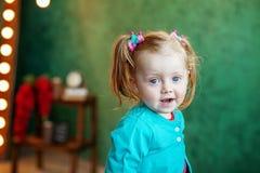 Niño alegre que se sienta en el cuarto 2-3 años El concepto Imagenes de archivo