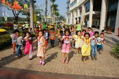 Niño asiático, actividad al aire libre, niños preescolares vietnamitas Foto de archivo