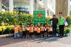 Niño asiático, actividad al aire libre, niños preescolares vietnamitas Fotos de archivo libres de regalías