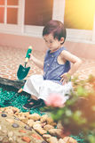 Niño asiático con el equipo que cultiva un huerto Al aire libre para los niños vin Imágenes de archivo libres de regalías