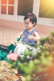 Niño asiático con el equipo que cultiva un huerto Al aire libre para los niños vin Fotos de archivo
