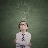 Niño asiático del negocio que piensa en clase foto de archivo