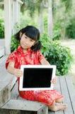 Niño asiático en cheongsam del chino tradicional Fotografía de archivo libre de regalías