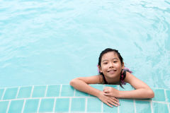 Niño asiático en la piscina Imágenes de archivo libres de regalías