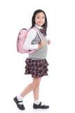 Niño asiático en uniforme escolar con el bolso de escuela rosado encendido Imágenes de archivo libres de regalías