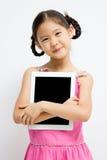 Niño asiático feliz con la tableta Fotos de archivo