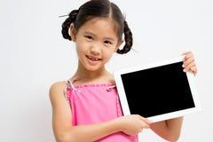 Niño asiático feliz con la tableta Imagen de archivo