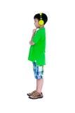 Niño asiático feliz con los auriculares, aislados en el fondo blanco Fotos de archivo libres de regalías
