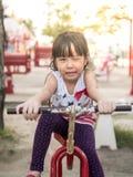 Niño asiático feliz del bebé que juega en el patio, acción del guiño Imagen de archivo