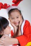 Niño asiático feliz dos en el abrazo del traje de la Navidad fotografía de archivo libre de regalías