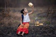 Niño asiático feliz que juega junto en patio Fotografía de archivo libre de regalías