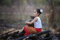 Niño asiático feliz que juega junto en patio Imagen de archivo