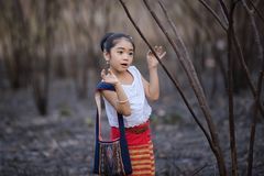 Niño asiático feliz que juega junto en patio Fotografía de archivo