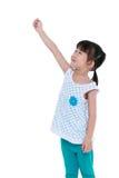 Niño asiático feliz que lleva a cabo algo gesto Aislado en blanco Foto de archivo