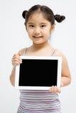 Niño asiático feliz que sostiene la tableta Fotografía de archivo