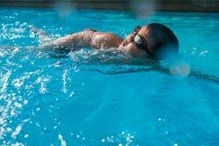 Niño asiático joven feliz con las gafas de la nadada subacuáticas Imágenes de archivo libres de regalías
