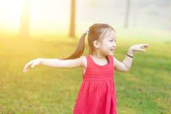 Niño asiático que baila al aire libre foto de archivo libre de regalías