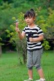 Niño asiático que juega burbujas que soplan Fotografía de archivo