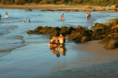 Niño asiático que juega junto en la playa Imagen de archivo libre de regalías