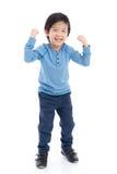Niño asiático que muestra sig del ganador imagenes de archivo