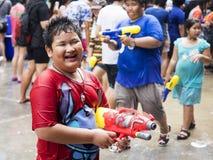 Niño asiático que sostiene el arma de agua en el festival de Songkran en Bangkok, Tailandia Fotografía de archivo libre de regalías