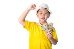 Niño asiático que sostiene el dinero mientras que se coloca aislado en el backg blanco Imagenes de archivo
