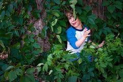 Niño asustado en el bosque Fotografía de archivo