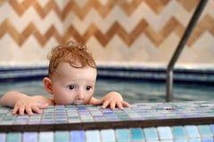 Niño asustado en piscina Fotografía de archivo libre de regalías