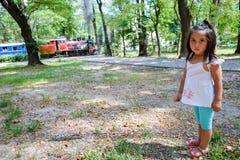 Niño bastante latino con un tren en el fondo Imagen de archivo